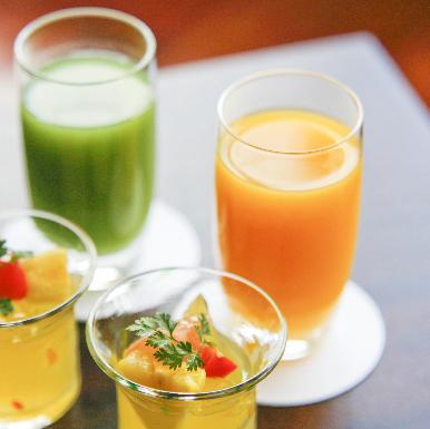 烏龍茶やオレンジジュースなどソフトドリンクもございます。運転手の方やお酒を飲めない方もトークでお楽しみいただけます。
